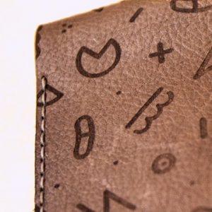 Máy khắc laser trên ví, túi xách bằng da